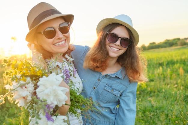 Zomer portret van gelukkige moeder en dochter op de natuur Premium Foto