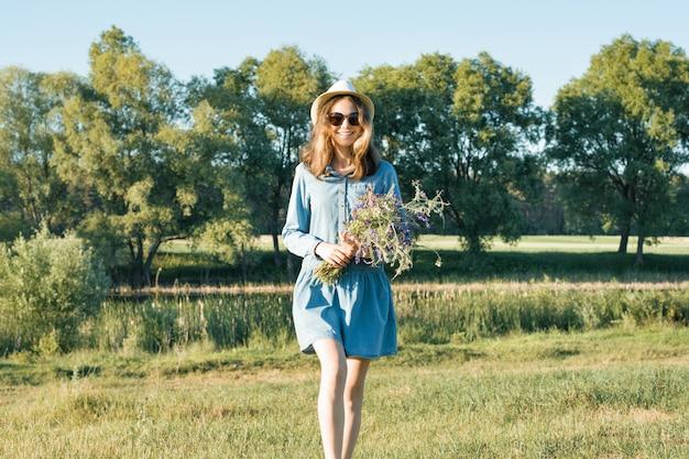 Zomer portret van tiener meisje met boeket van wilde bloemen Premium Foto