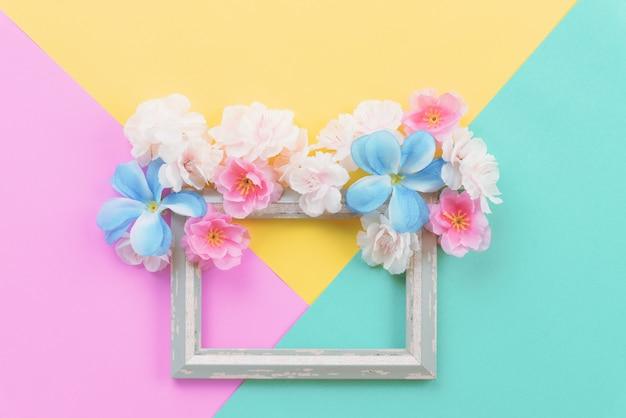 Zomer samenstelling. de lege frame en bloemenvlakte leggen met exemplaarruimte. Premium Foto