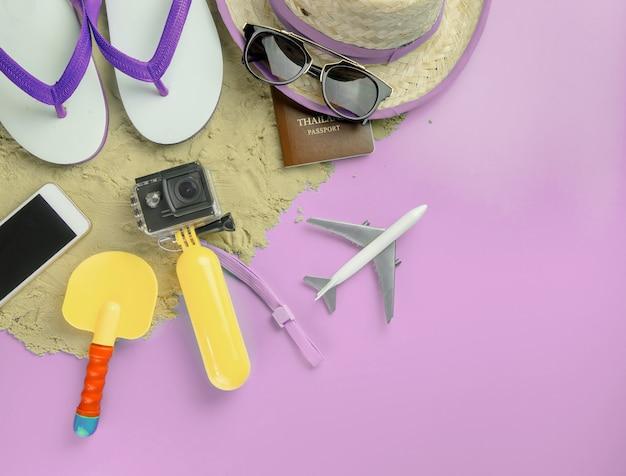 Zomer strand eiland reizen mode gadgets en speelgoed op roze kopie ruimte Premium Foto