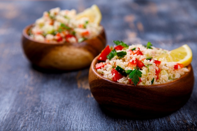 Zomer tabbouleh-salade met couscous. Premium Foto