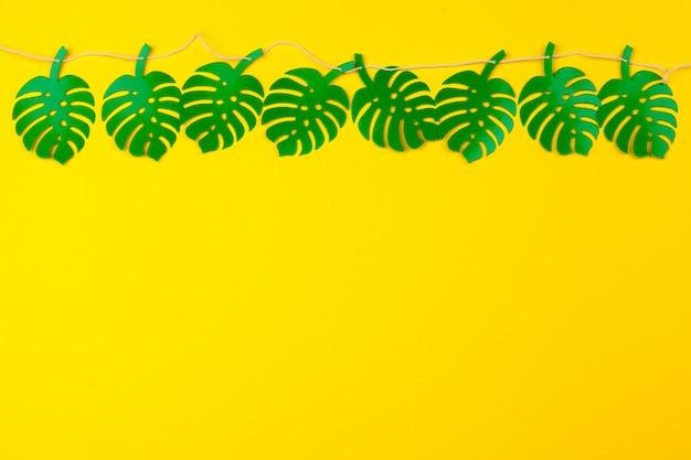Zomer tropische bladeren, planten frame. papier gesneden stijl. Premium Foto