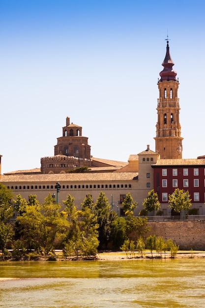 Zomer uitzicht op catedral de la seo van de rivier Gratis Foto
