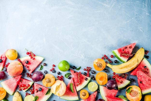 Zomer vitamine voedsel concept, verschillende fruit en bessen Premium Foto