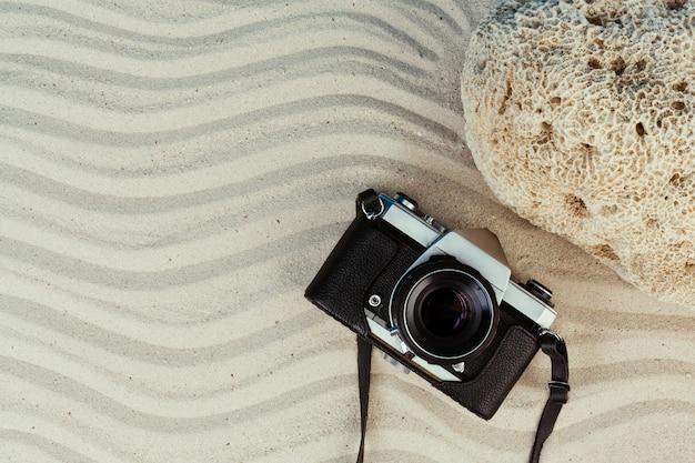 Zomerartikelen, accessoire in vakantieseizoen op gekleurde muur. Gratis Foto