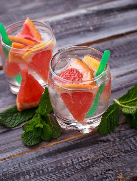 Zomerdranken met grapefruit en ijs Premium Foto