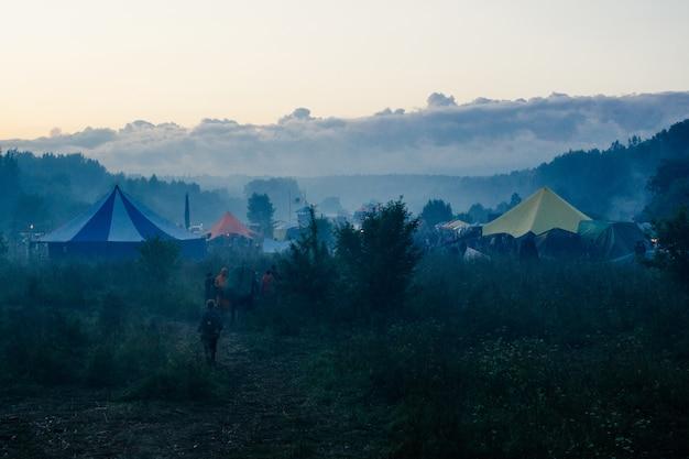 Zomerfeest buiten. festival achtergrond Premium Foto