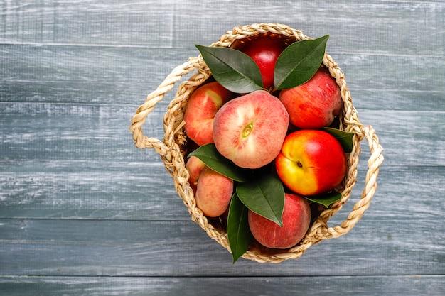 Zomerfruit: vijgenperziken, nectarine en perziken, bovenaanzicht Gratis Foto