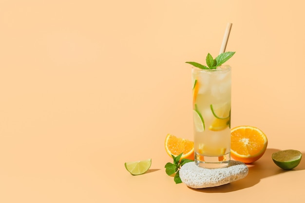 Zomerlimonade of cocktail met sinaasappel- en limoenplak Premium Foto