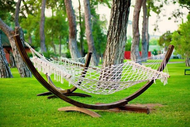 Zomerpark met hangende hangmat voor ontspanning. Premium Foto