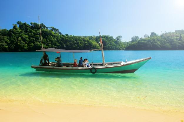 Zomerreis op het blauwe sendang-strand van indonesië Premium Foto