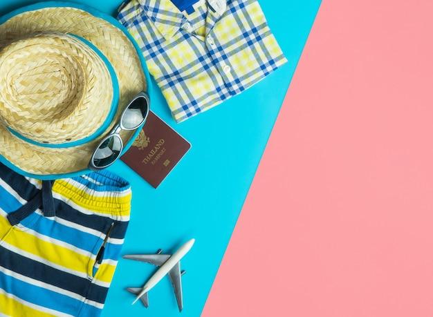 Zomerreismode en accessoires reizen bovenaanzicht flatlay op blauw geel roze Premium Foto