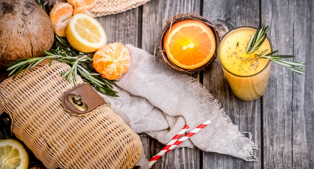 Zomersamenstelling met vers sinaasappelsap Gratis Foto