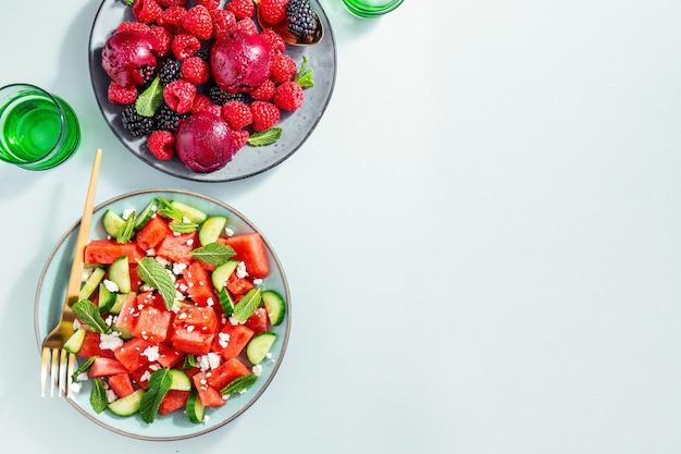 Zomerse salades met watermeloen en komkommers, bessen en ijs Premium Foto