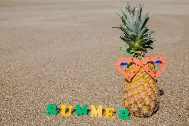 Zomertijd op het strand met ananas Gratis Foto