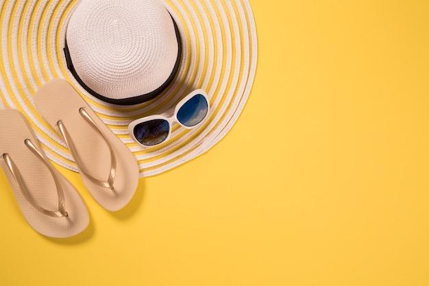 Zomervakantie concept plat lag. strandaccessoires bovenaanzicht. ruimte voor tekst. reizen Premium Foto