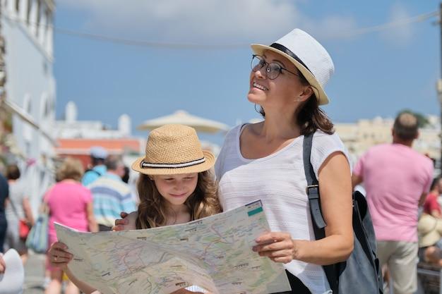 Zomervakantie samen, familie moeder en dochtertje reizen Premium Foto