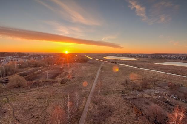 Zon bij dageraad aan de horizon boven het dorp Premium Foto