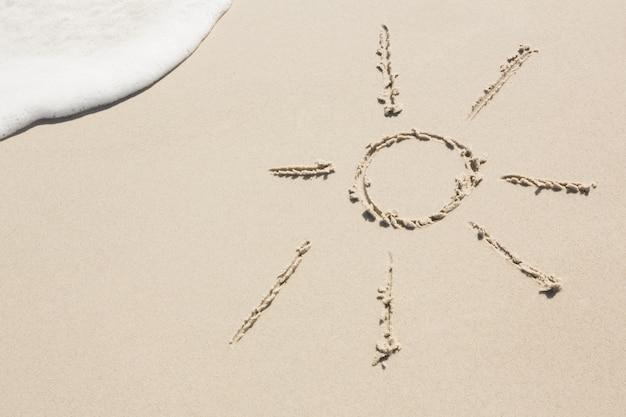 Zon getekend op zand Gratis Foto