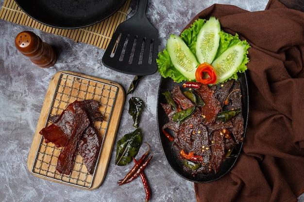 Zongedroogd rundvlees gebakken met tomatensaus en gestoomde rijst Gratis Foto