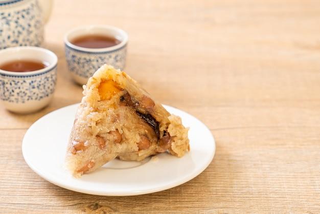 Zongzi of traditionele chinese sticky rice dumplings Premium Foto