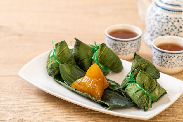Zongzi of traditionele chinese sticky rice dumplings Premium Foto