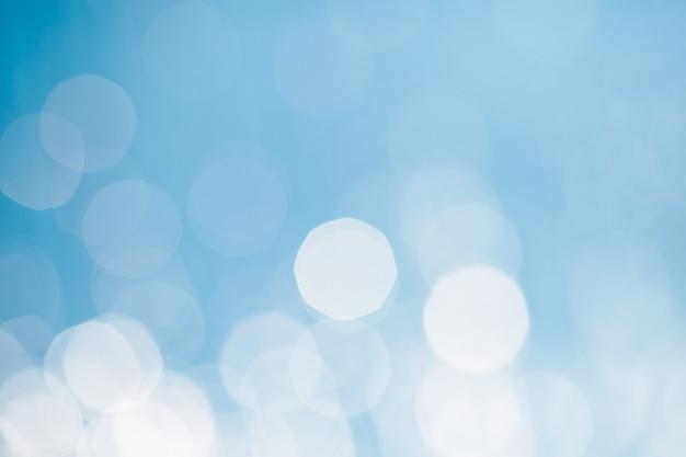 Zonlicht reflecterend of sprankelend glitter op water van zee of oceaan. Premium Foto