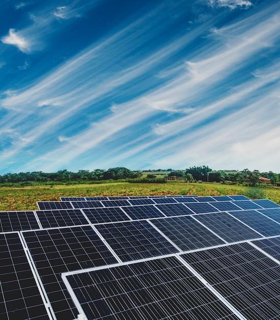 Zonne-energiecentrale over een mooie bewolkte hemel Premium Foto