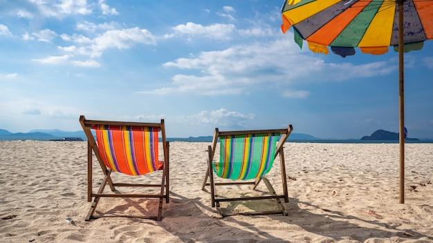 Zonnebedden met tropische zee Premium Foto