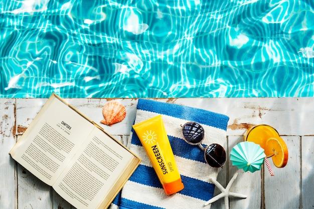 Zonnebrandcrème zonnebrandcreme handdoek boekuitsparing relax concept Gratis Foto