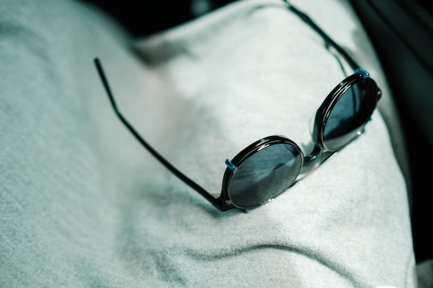 Zonnebril in het licht Gratis Foto