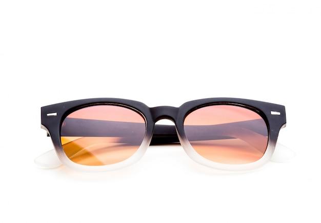 Zonnebril op witte achtergrond wordt geïsoleerd die Premium Foto