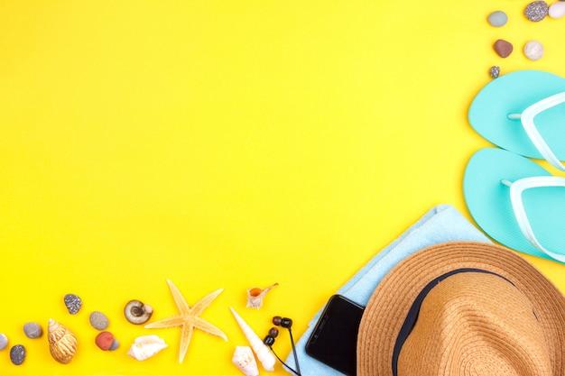 Zonnebrillen, zonnescherm, hoofdtelefoons, smartphone, handdoek, slippers. Premium Foto