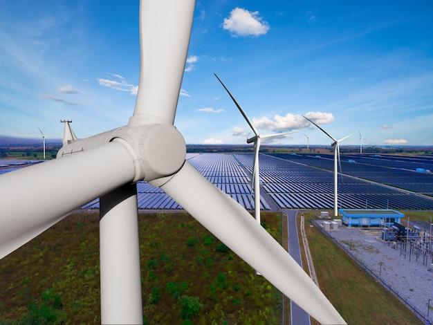Zonnepaneel en windturbinepark schone energie. Premium Foto