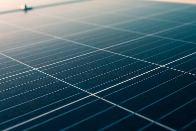 Zonnepanelen installeren op het dakterras in een groot gebouw voor het genereren van elektriciteit Premium Foto