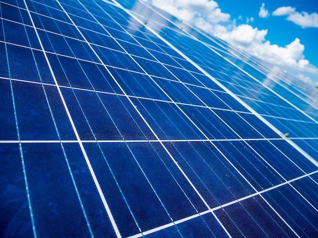 Zonnepanelen met blauwe lucht en wolken, zonne-energie milieuvriendelijke groene energie Premium Foto