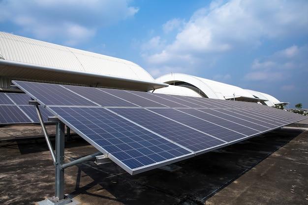 Zonnepanelen of zonnedaken geïnstalleerd op het dak van het gebouw Premium Foto