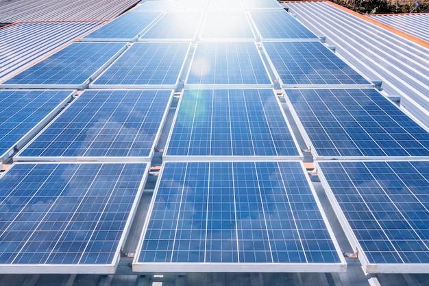 Zonnepanelen op het dak met zon reflecteren lichtkracht voor alternatieve energie fotovoltaïsche veilige energie Premium Foto