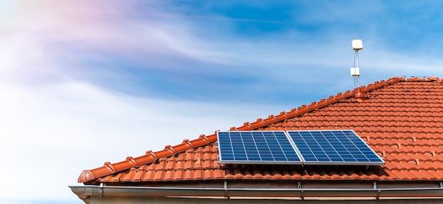 Zonnepanelen op het dak van een gezinswoning Premium Foto