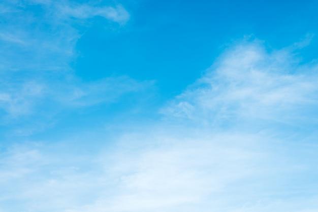 Zonneschijn wolken hemel tijdens de ochtend achtergrond. blauwe, witte pastel hemel, zachte focus lens flare zonlicht. abstract vage cyaan gradiënt van vreedzame aard. open uitzicht op ramen mooie zomer lente Gratis Foto