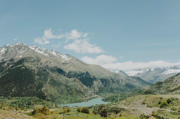Zonnig landschap van een berg Gratis Foto