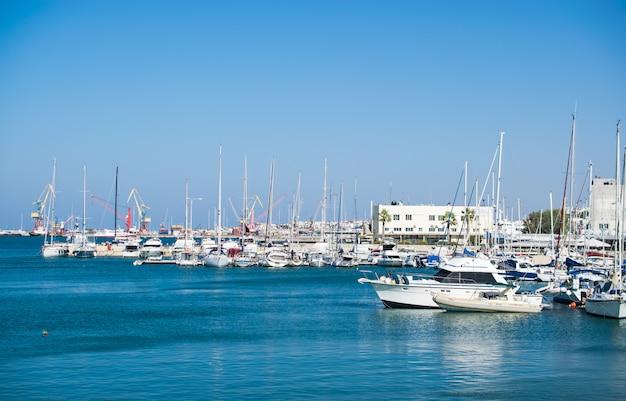 Zonnige dag in de haven op kreta Premium Foto