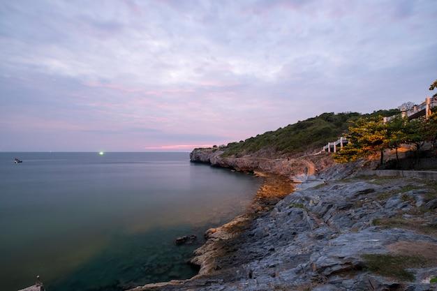 Zonsondergang aan kust zee Gratis Foto