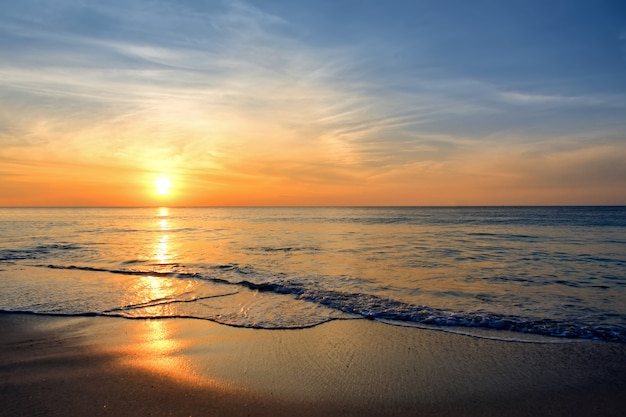 Zonsondergang aan zee Premium Foto