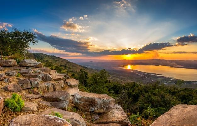 Zonsondergang bij berglandschap Premium Foto