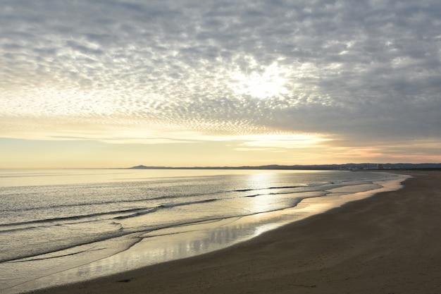 Zonsondergang bij het strand van vila real de santo antonio, algarve, portugal Premium Foto