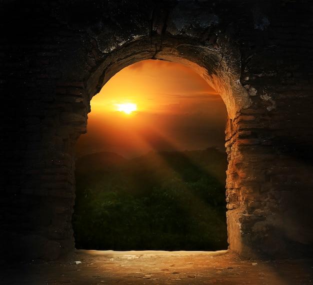 Zonsondergang door brugdeur Premium Foto