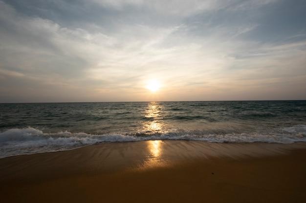 Zonsondergang en zee Gratis Foto