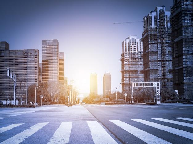 Zonsondergang in de stad met wolkenkrabbers Gratis Foto