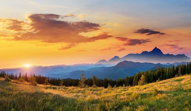 Zonsondergang in het landschap van bergen Premium Foto